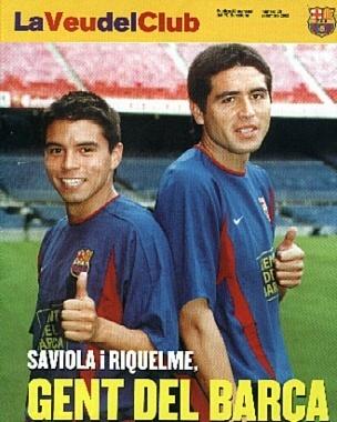Juan  Román Riquelme y Javier Pedro Saviola, posando para la revista del FC Barcelona, durante la campaña 'Gent del Barça' ideada en el verano de 2002-03.