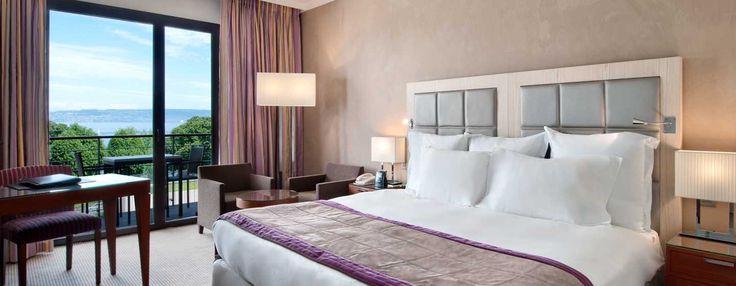 Lit king size dans la chambre Executive de l'hôtel Hilton à Évian-les-Bains | France  #France #Evian #Hotel #Chambre #Bedroom #Lit #Bed #Hilton
