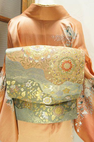 錆青磁色地に唐花や花唐草が宝飾品のように織り出された道長取りの袋帯です。