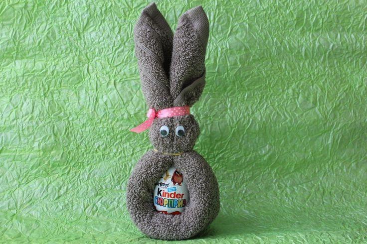 Всем привет! В данном МК мы с вами разберем как сделать пасхального зайца из киндер сюрприза и полотенца.  Нам понадобится: киндер-сюрприз полотенце 30*50см атласная лента (для бантика) глазки канцелярские резинки ножницы двухсторонний скотч обязательно хорошее настроение  Видео урок пасхальный кролик,  coelhinho da Páscoa  Auguri di Buona Pasqua