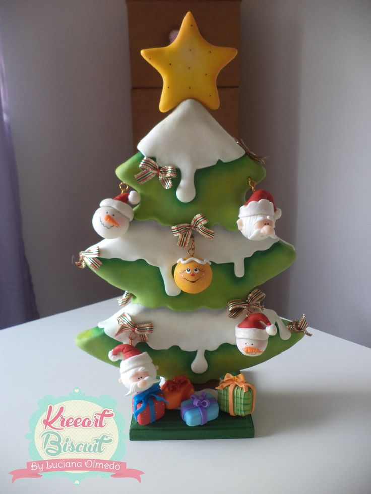 Árvore de Natal em biscuit,tendo 30 cm de altura,acompanha 5 bolinhas decoradas.