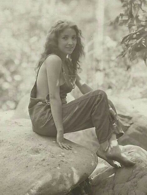 Amazing photo of silent film star Bessie Love, looking like it could have been taken 30 or 40 years later than it was.