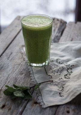 Je sais qu'il existe plusieurs recettes de smoothie vert, mais voici une combinaison que j'affectionne particulièrement.