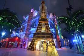 Disfruta de la espectacular vitrina navideña de la peluquería de Norberto. Monumentos de China,Italia, Francia, Inglaterra y Estados Unidos.