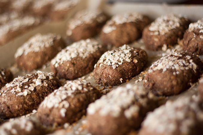Opskrift på små lækre skolerugbrød, som børnehaven kan bruge til børnene om eftermiddagen. Disse skolerugbrød er et alternativ til kage eller andet usundt.