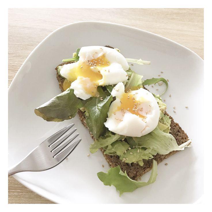 Avocado toast 🥑 - Pain céréales - Avocats - Salade - Œuf mollet - Graines De sesame