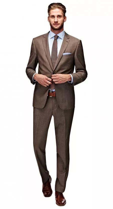 Het Ellis bruin pak heeft een tailored fit waardoor het goed aansluit op het lichaam. Dit pak kenmerkt zich als comfortabel en geeft het een tijdloze uitstraling. Het jasje is tweeknoops, heeft flap pockets, een notch lapel en side vents.