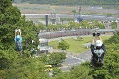 栃木県芳賀郡茂木町にある森の中のモビリティテーマパークツインリンクもてぎ  豊かな緑に囲まれたこのエリアはバイクの世界最高峰レースMotoGPをはじめとした大迫力のレース開催だけでなく日本最大級のジップラインメガジップライン つばさなど森の中でたくさんの自然体験が楽しめるハローウッズ本格的バイクアトラクションモトレーサーをはじめお子様自らがのりものを運転する喜び楽しさを体験できるモビパーク そしてHondaの市販車レーシングマシンの展示二足歩行ロボットASIMOのデモンストレーションを開催しているホンダコレクションホールなどさまざまな施設が広がるテーマパークです  またもてぎの森に生まれたグランピングエリア森と星空のキャンプヴィレッジでは森と星空の下でゆったりと快適な空間をお楽しみいただくことができます さらに森のレストランMARCHERANTマルシェランでは石窯を導入したオープンキッチン親子で食べる喜びを再発見できる食育菜園もあり美味しい食材を使ったお料理を五感で堪能することができます  tags[栃木県]
