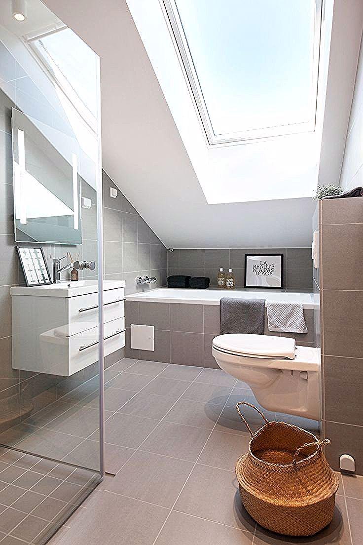Badezimmer Dachfenster Mit Schickes Schickes Badezimmer Mit Dachfenster Sch In 2020 Skylight Bathroom Bathroom Interior Design Contemporary Bathroom Designs
