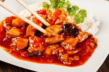 Wenn es schnell gehen soll und man Lust auf ein asiatisches Gericht hat, ist das Hühnchen süß-sauer mit Chili genau die richtige Wahl!