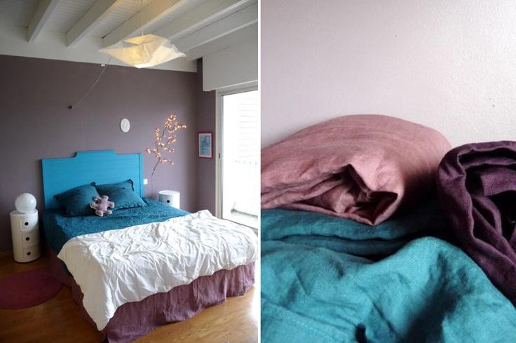 mauve, turquoise et lin dans la chambre