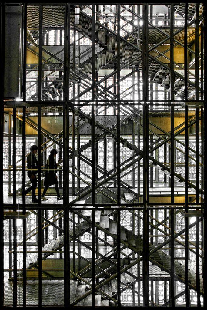Escadarias no interior do Instituto do Mundo Árabe, obra de Jean Nouvel, 1987. Em Paris, França.