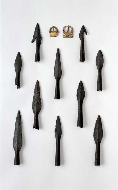 Ofringerne i Vimose. Ofringerne i Vimose tog til i mængde for lidt over 2000 år siden. I tiden umiddelbart før Kristi fødsel ofrede de lokale bønder lerkar, fødevarer og dyr. Tit blev dyret parteret og kun udvalgte dele tøjret til en pæl. Måske spiste man resten i forbindelse med offerceremonien?  Omkring vor tidsregning blev de første våben ofret i Vimose: et enægget sværd og 12 små lansespidser. Knap 100 år senere ofredes der igen hærudstyr: mindst 50 lanser, spyd, sværd, skjolde, bælter…