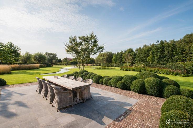 Aangelegde tuinen door tuinonderneming monbaliu landelijke tuin bij herbouwde hoeve met - Aangelegde tuin met kiezelstenen ...