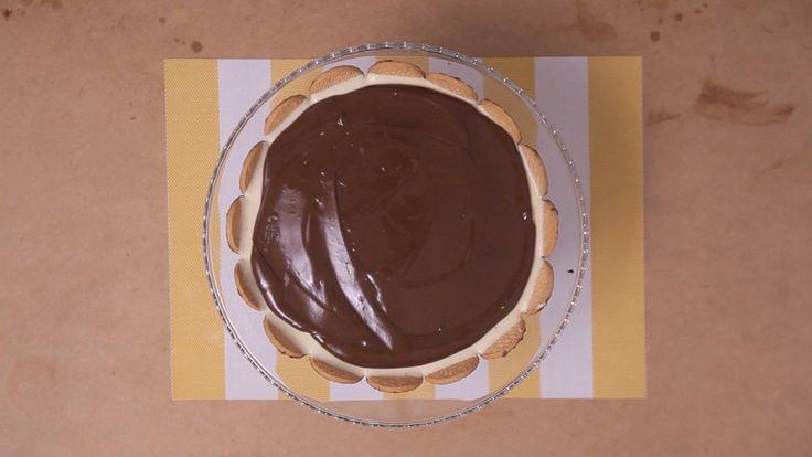 Receita com instruções em vídeo: Torta holandesa bem cremosa e com uma cobertura deliciosa de chocolate, simplesmente irresistível! Ingredientes: 100g de biscoito maisena, 50g de manteiga derretida, 2 pacotes de biscoito calipso, 2 latas de leite condensado, 1 1/2 xícara de leite, 2 gemas, 1 colher de chá de essência de baunilha, 300ml de creme de leite fresco, 150g de chocolate meio amargo, 100g de creme de leite de caixinha