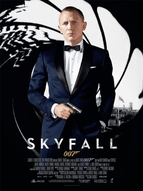 James Bond Skyfall 2012 - Les agents britanniques James Bond, nom de code 007, et Eve sont à Istanbul à la suite du meurtre d'une section du MI6 et du vol d'un disque dur d'ordinateur contenant les identités de tous les agents de l'OTAN infiltrés dans des organisations terroristes. Bond et Eve, à bord d'une voiture, prennent le meurtrier en chasse dans le but de récupérer le disque dur. Une course poursuite s'engage ensuite à moto sur les toits jouxtant le grand bazar d'Istanbul et…