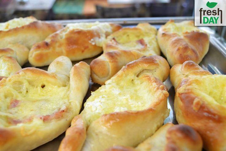 Τα ολόφρεσκα και λαχταριστά χειροποίητα πεϊνιρλί θα τα βρείτε καθημερινά. Επιλέξτε ανάμεσα από τυριών, απ'όλα, αλλαντικών, χωριάτικη και con crema. Κερδίστε έκπτωση -10% μέσα από την σελίδα μας www.freshday.gr #freshday #pizza #Θεσσαλονίκη #Delivery