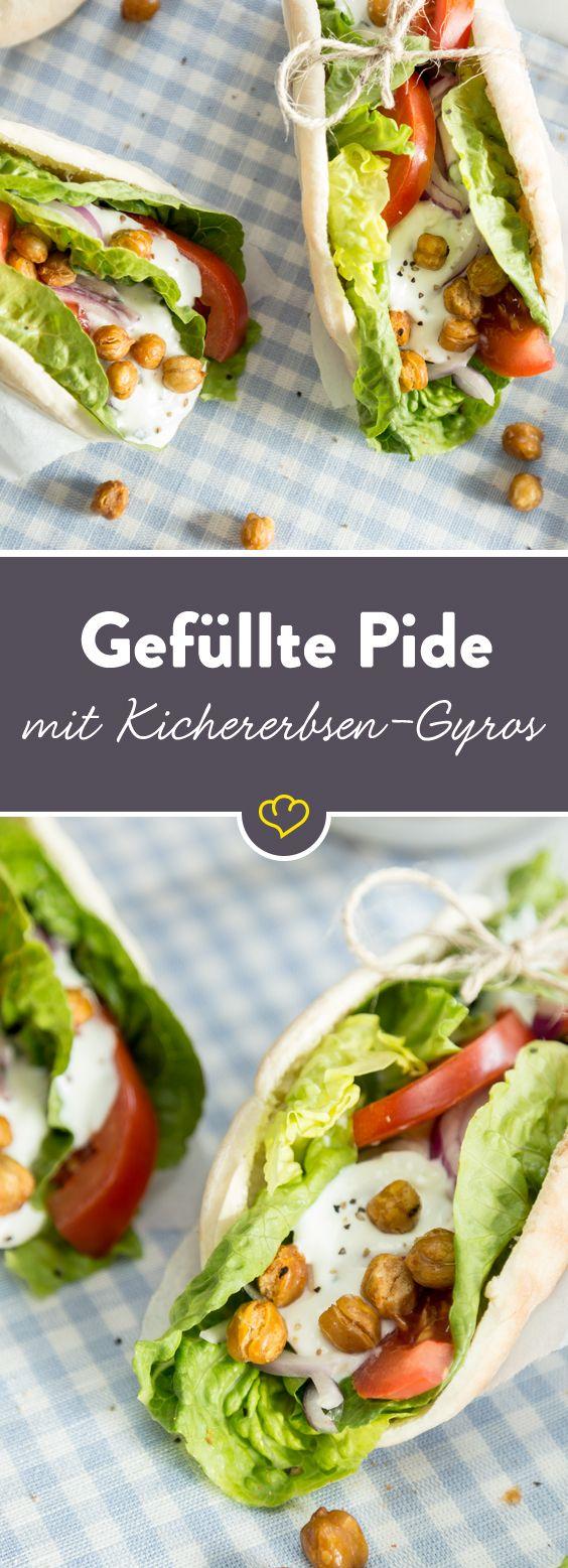 Das perfekte Gericht für deine Lunchbox: Pitabrot gefüllt mit Salat, knackigem Gemüse, Tzatziki und gerösteten Kichererbsen.