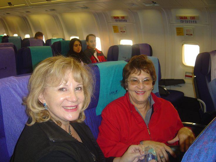 "Aeropuerto Santiago 2005. ""Junto a Carmen Gloria listas iniciar viaje a Isla de Pascua""."