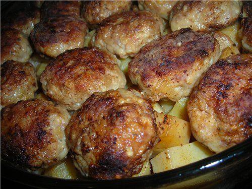 Котлеты, тушенные в духовке, с картофелем