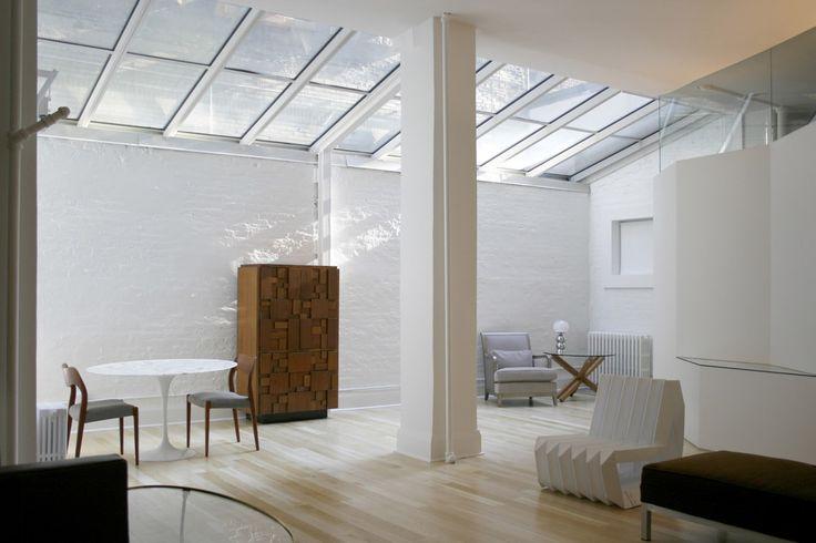 Cet appartement nommé « Photographer's Loft » est une réalisation d'Yoshihara McKee Architects, un studio qui travaille entre New York et Tokyo.  Cette rénovation est située au rez-de-chaussée d'un immeuble situé dans le très prisé quartier de Chelsea à New York.  De part sa situation enclavée, les architectes ont réalisé une verrière qui baigne littéralement l'appartement de lumière naturelle. Tous les murs ont été enlevés ou rabaissés pour que toutes les pièces puissent bénéficier de...