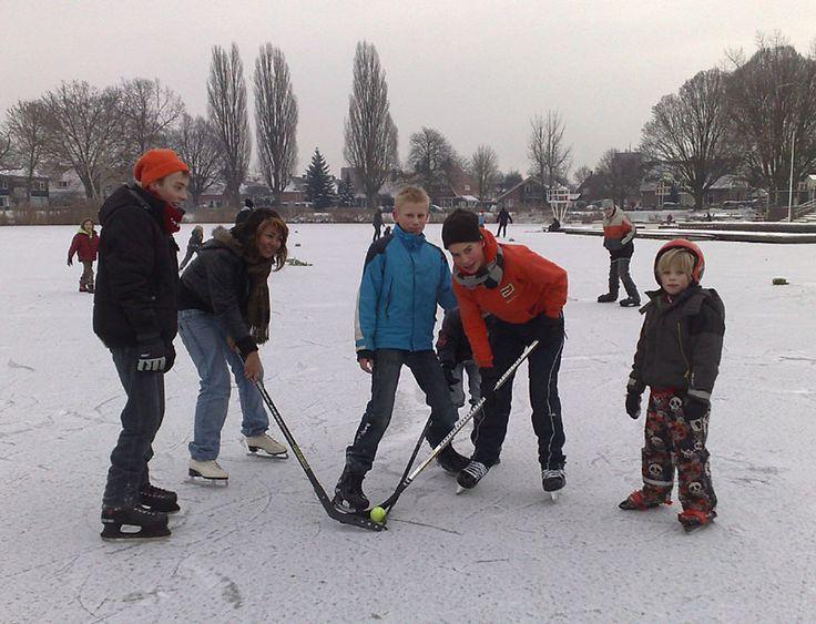 IJshockey op de bevroren vijver in het Tuindorp in Hengelo