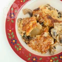 Курица запеченная с грибами и сыром - вкусное блюдо, если вы ищете рецепт горячего на праздник. Куриное филе, грибы и сыр - отличное сочетание!