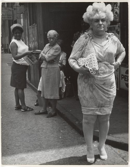 Leon Levinstein Street Scene:Woman in Blonde Wig and Tight Dress, New York,City,1960's olha a mulher de bobs olhando a de peruca. Ainda nao estava em voga a etiqueta do bob na rua.
