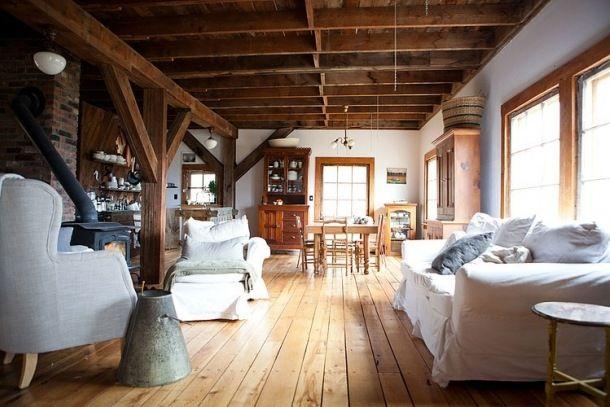 Salon w stylu rustykalnym to połączenie eleganckich elementów z tymi z wnętrza wiejskiego domu w taki sposób by nabrały nowego charakteru. Panuje w nim przytulny i ciepły klimat. Styl ten kocha drewno. Tak, więc obowiązkowymi są drewniane podł...