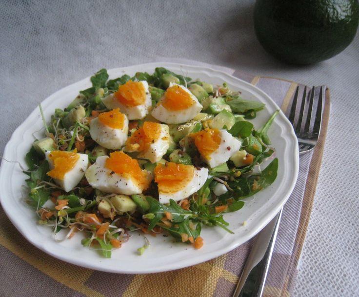 zdrowa sałatka z jajkiem i awokado