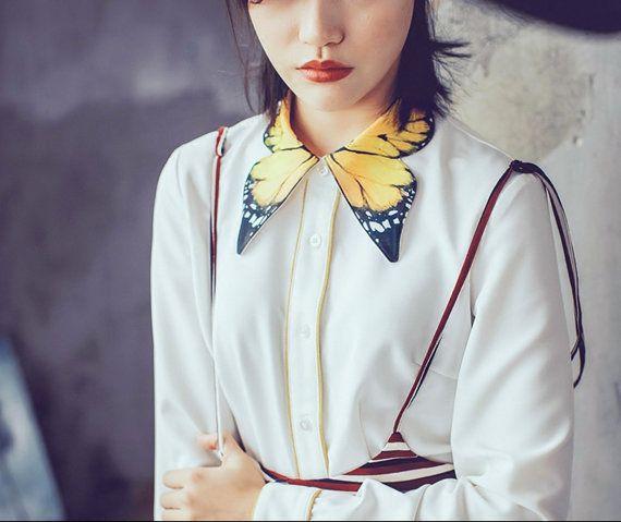 FineArt Collection. Weißes Shirt mit Schmetterling Kragen, Kragen-Teil dient als Schmetterling Flügel, gelbe Unterseite mit schwarzen Details, inspiriert vom Tiger Schmetterling. Die Ärmel sind konzipiert als Jahrgang Laterne Stil, nicht sehr Weise geschwollen aber elegante Art und Weise zu übertreiben. Es gibt zwei Linien Details vorne in den Schaltflächenbereich und Manschette, weitere Vintage-Stil. Es ist toll, mit hoher Taille Hose oder Rock übereinstimmen. In der kalten Jahreszeit geht…