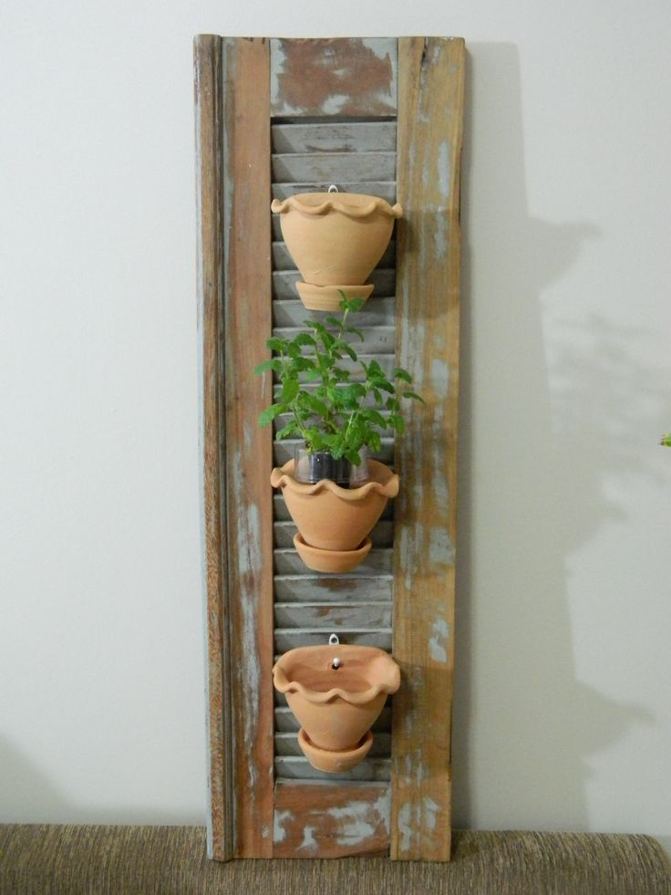 Veneziana para jardim com vasos de flores.