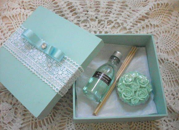 1 Caixa em MDF com aplique de renda. 1 aromatizador de varetas 60 ml. 1 sabonete Buquet de rosas. Lavanda,alecrim,bambu,erva doce e outras essências a sua escolha. Medida da caixa:17x17 cm