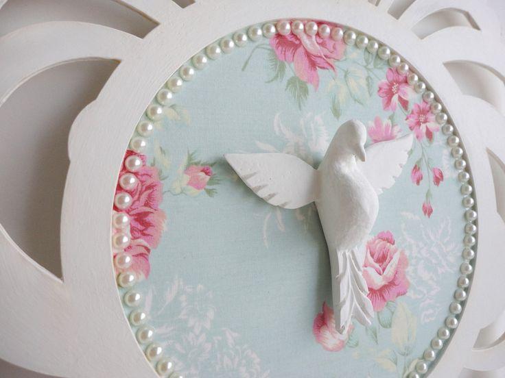 Proteja sua casa com o Espírito Santo e deixe o ambiente ainda mais bonito!    Mandala em MDF pintado e fundo forrado em tecido.