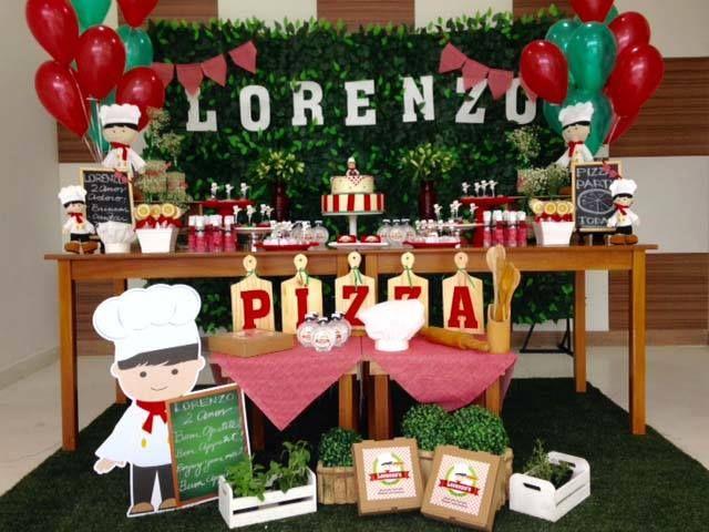 """A festa de 2 anos do Lorenzo foi com o tema: """"Pizza Party"""". Arranjo de balões da mesa principal  Créditos: Decoração: CraftworksPaper Lembrancinhas: LittleThings Lembranças  Balões e Gás Hélio: Balão Cultura (www.balaocultura.com.br).  Assistente: Malu Bento  #balaocultura #balãocultura #craftworkpaper #festadapizza #pizza #euamopizza #decoraçãodepizza #pizzaparty #festadiferente #festainfantil #festamenino #festagourmet"""