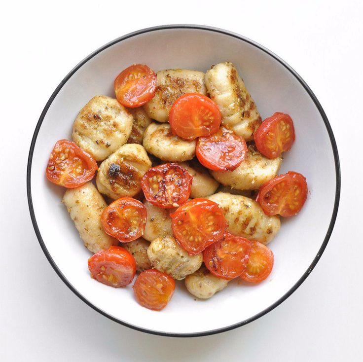 Ньокки из тофу   Ингредиенты:  • 400гр твердого тофу (прим. 2 чашка)  • ¼ чашки (30гр) пищевых дрожжей (не путать с хлебопекарными, для сырного вкуса)  • ½ чашки (60гр) пшеничной муки  • соль и перец, по вкусу  Для соуса:  • 1 чашка свежих томатов  • 2-3 столовые ложки песто из базилика   Инструкции:  1. Отжать как можно больше жидкости из тофу и измельчить в блендере с пищевыми дрожжами, солью и перцем. Затем добавить муку и мешать до образования шарика теста.  2. Сформировать из теста…
