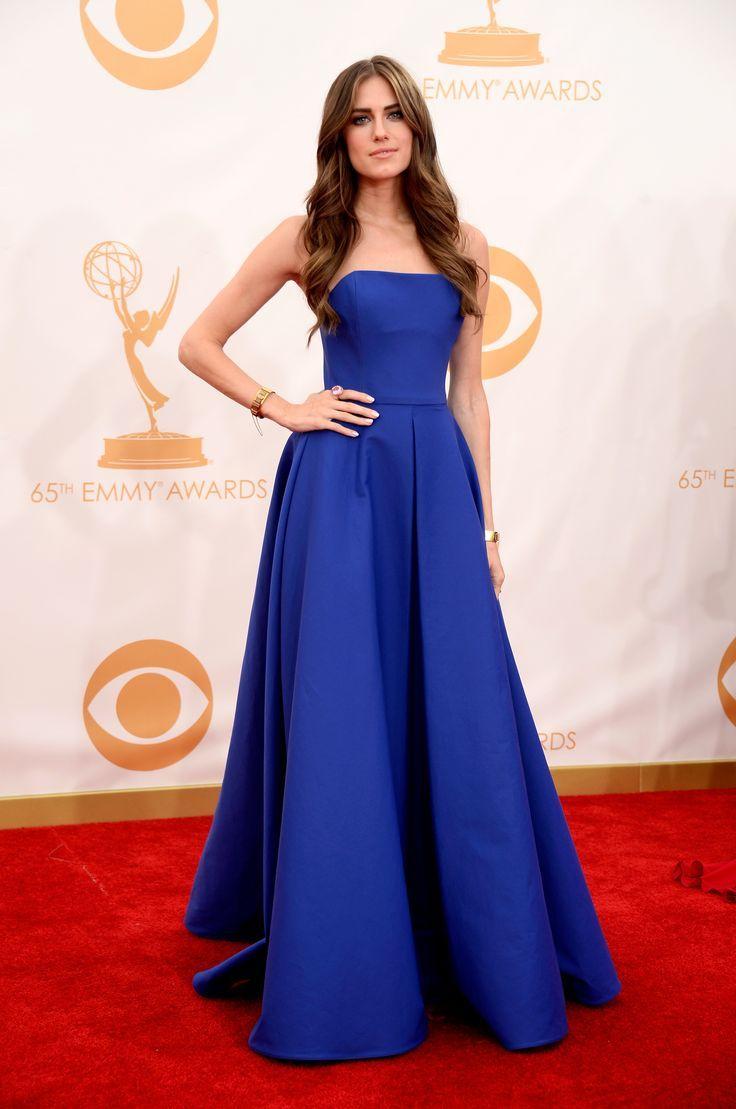 La star de GIRLS, Allison Williams, habillée en Ralph Lauren Collection, fait sensation avec une robe d'une grande pureté de forme, de structure et de couleur lors de la 65e cérémonie des Emmy Awards