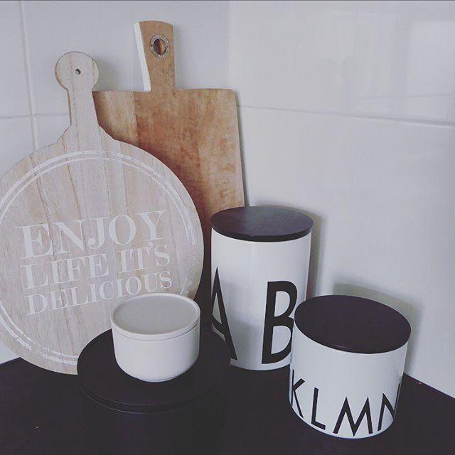 Kitchen details! Kommetjes van @jilkodesign link in bio! #peilibowl #zwartwit #zwartwitwonen #interior123 #kitchenstuff #kitchendetails #homesweethome #homedecor #interiør #diy #blogger #klm #hkliving #opbergdoos #hout #wood