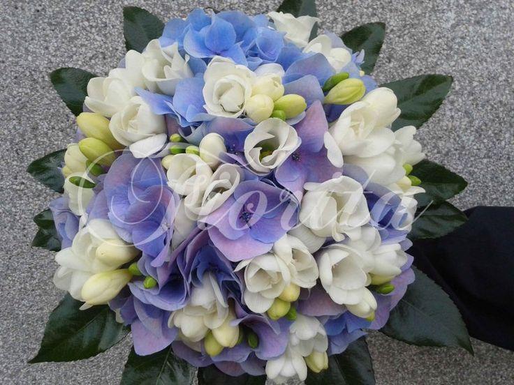 Svatební kytice z hortenzií, eustom a frézií