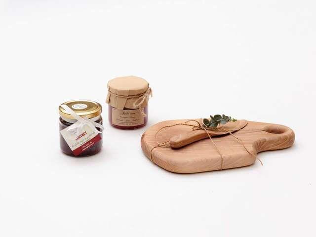 Un cadou cu produse românești delicioase, alături de produse unice din lemn, lucrate manual. Bucuria e completă.
