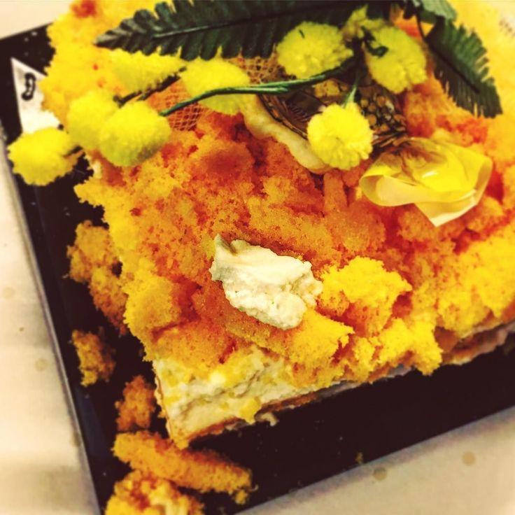 L'unico festeggiamento ieri è stata questa mini #torta #mimosa che ha portato papino  Viva la sobrietà!! Dico sul serio ....    #festadelledonne #festadelladonna #womensday #womansday #womansday2017 #tortamimosa #instafood #instagood #foodtime #food #foodie #cake #cakestagram #instacake #dolce #instatorta #dessert #minicake #minitorta #yellow #mimosacake #bepositive