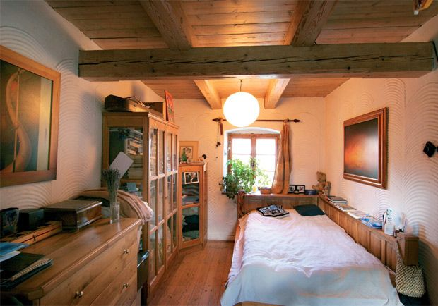 Mohutné trámy a těrkovaná omítka jsou téměř v celém objektu domu, ložnici nevyjímajíc