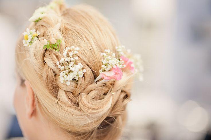 Eine Hochsteckfrisur zur Hochzeit mit echten Blumen. Foto: Petra Hennemann, www.schokolinse.de