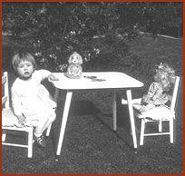 Poppenmoeder, ik was een echte poppenmoeder. Pop toedekken in het wiegje, wandelen met de poppenwagen, pop de haren kammen, heerlijk vond ik het.