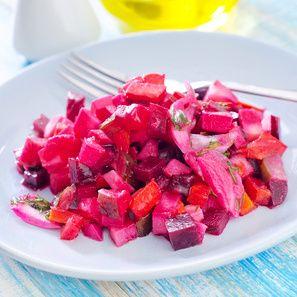 Osvěžující salát z červené řepy:  3-4 středně velké kusy červené řepy 3-4 středně velké kyselé okurky 1 vařené vejce 1 malá konzerva nakládaného MIX hrášku a mrkve 100 g 30% cihly (Eidamu) olivový olej pepř sůl