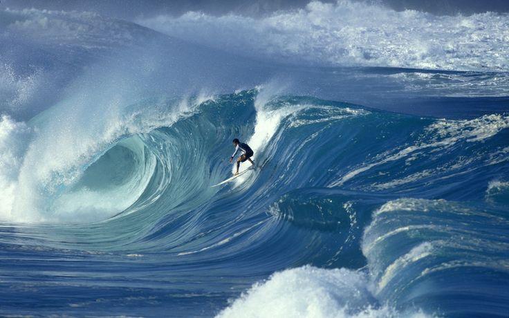 El Surfista profesional Marco Polo enfrentandose a las poderosas olas Big Wave en la bahia de Waimea, isla de Oahu, Hawai.