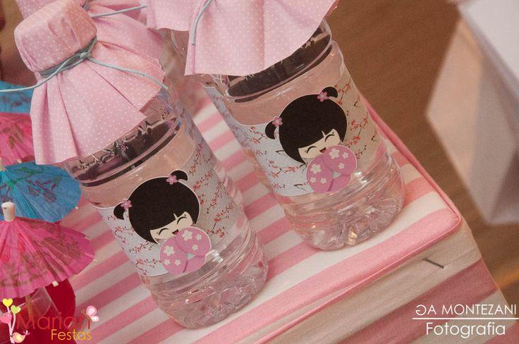 Água decorada tema Kokeshi | Festa infantil | Festa decorada by Mariah festas #kokeshi #aguadecorada