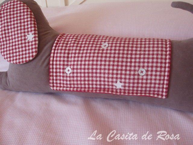 Entra en el blog de costura La Casita de Rosa y aprende con este tutorial a confeccionar un sujeta puertas en forma de perrito. Descubre los tres modelos.