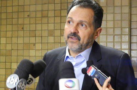 No fim do mandato, Agnelo corta duas secretarias e 1,2 mil cargos comissionados - http://noticiasembrasilia.com.br/noticias-distrito-federal-cidade-brasilia/2014/10/17/no-fim-do-mandato-agnelo-corta-duas-secretarias-e-12-mil-cargos-comissionados/
