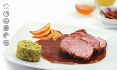 Lomo de cerdo con mole colorado acompañado de puré de arvejas y duraznos caramelizados. Esteban Eljaiek